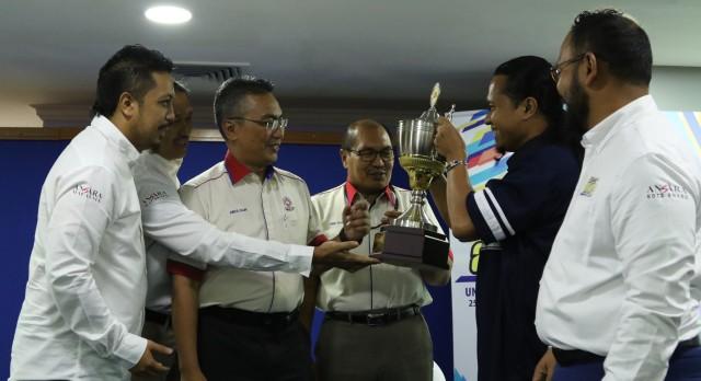 Abdul Halim Abas, tiga dari kiri, menerima piala pusingan kejohanan daripada juara edisi terdahulu, ANSARA Kuantan