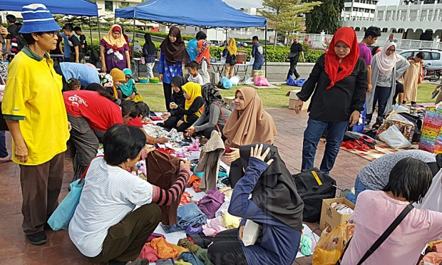 Pelajar dan kakitangan Kolej Perubatan Diraja Perak, Unikl-RCMP menganjurkan program kemasyarakatan bersama golongan gelandangan serta fakir miskin di Medan Selera Dato Sagor, Ipoh, Perak, baru-baru ini.