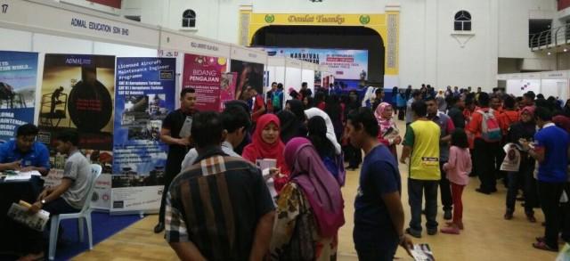 Para pengunjung karnival di Perlis sedang mendapatkan maklumat pendidikan di booth pameran yang disediakan.