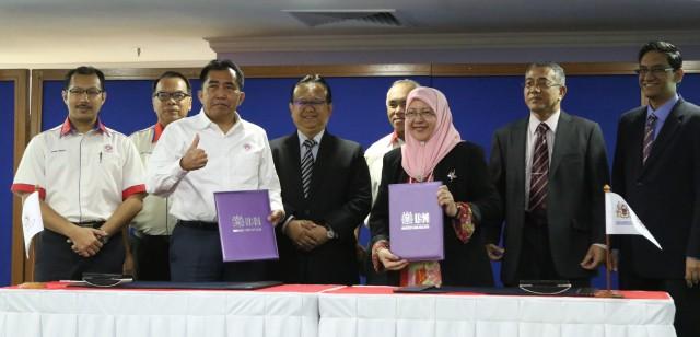 Ketua Pengarah MARA, Datuk Ibrahim Ahmad (tiga dari kiri) bersama Profesor Datuk Dr. Asma Ismail (tiga dari kanan) bertukar dokumen MoU disaksikan oleh Timbalan Menteri Luar Bandar & Wilayah Datuk Alexander Nanta Linggi (tengah).