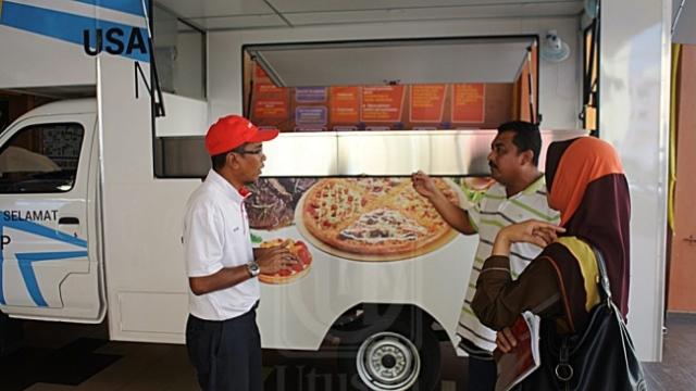 USAHAWAN diberikan maklumat berhubung perniagaan trak makanan dalam Program Truck D Way 4 Biz di Kangar, Perlis, semalam.