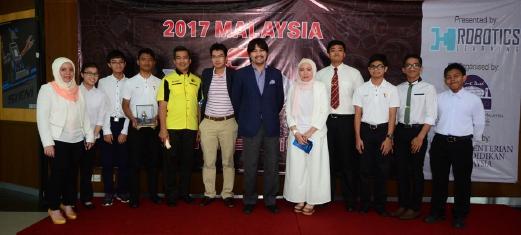Pro Canselor Universiti Sains Islam Malaysia (USIM) Tunku Besar Seri Menanti Tunku Ali Redhauddin ibni Tuanku Muhriz (tengah), Pengarah Urusan Robotics Learning (M) Sdn Bhd, Ilylia Kamaruzaman dan pelajar yang terpilih bergambar kenangan selepas majlis perasmian pertandingan Malaysia VEX Robotics, hari ini.