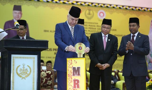menyempurnakan gimik perasmian MRSM Kuala Kangsar.