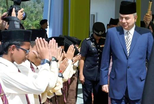 Sultan Perak Sultan Nazrin Muizzuddin Shah berangkat ke Majlis Perasmian Maktab Rendah Sains MARA (MRSM) Sultan Azlan Shah, Kuala Kangar. - Foto Muhaizan Yahya