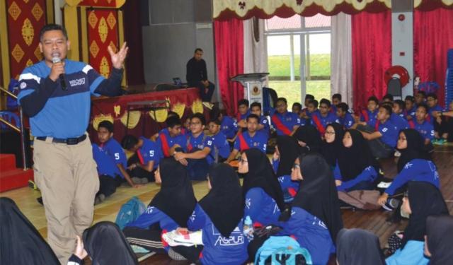 Firdaus (kiri) memberi ceramah kerjaya dan berkongsi pengalaman dengan pelajar untuk memberi motivasi kecemerlangan diri.