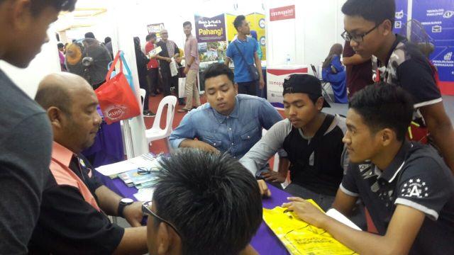 Pengunjung sedang khusyuk mendengar penerangan dari salah seorang wakil IPT